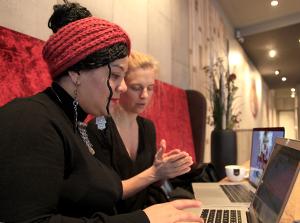 Asma AlAbidi und Jennifer Fey. Foto: Nour Kelze