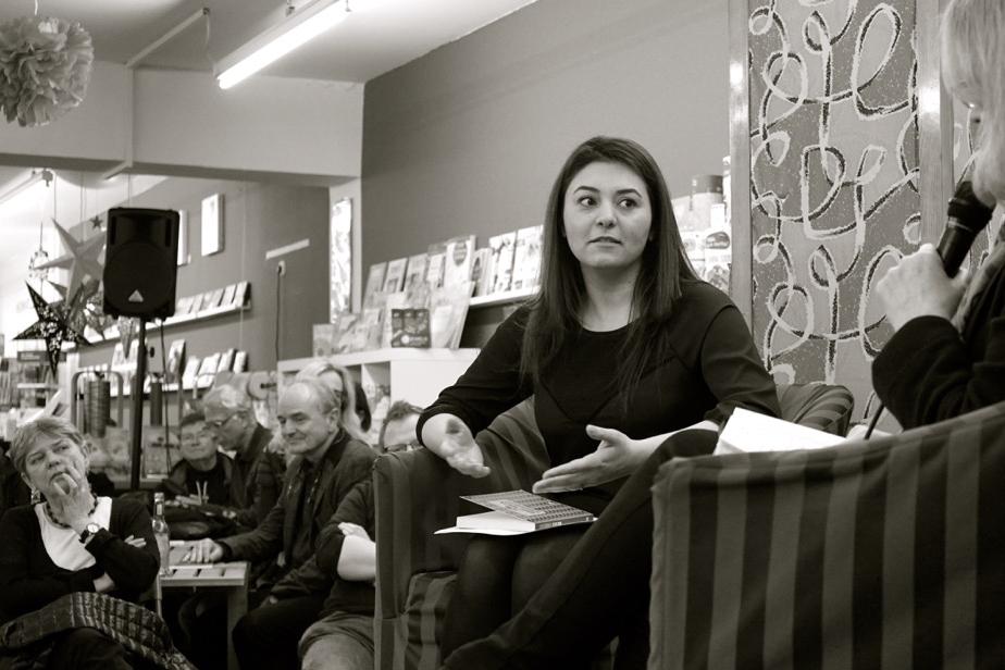 Die Tochter des Autors, Dinan Hesso (li.) und Larissa Bender (re.), während der der Begegnungsort Buchhandlung-Veranstaltung am 10.03 im Buchladen Neusster Str. in Köln. Köln 2016. Foto: Privat