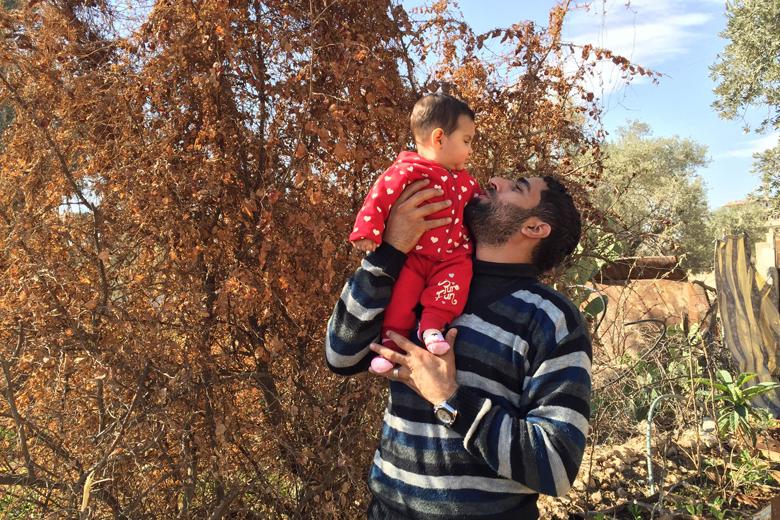 Ammar Ahamd mit seiner Tochter Mella. Moadamiyeh 2016. Foto: Privat