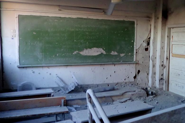 Ein durch Assad Truppen zerstörtes Klassenzimmer in einer Schule in Moadamiyeh. Moadamiyeh 2015. Foto: Mahmoud Dawn