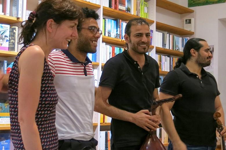Katja Huber und die syrische Band جِسْر jisr (Brücke) in der Münchner Buchhandlung. Foto: Privat
