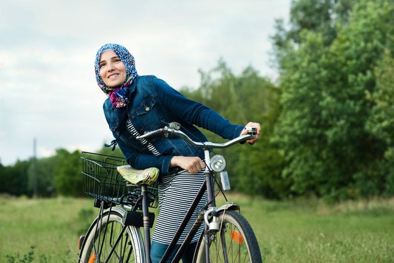 Hend und ihr liebgewonnenes Fahrrad. Berlin 2016. Foto: Heike Steinweg