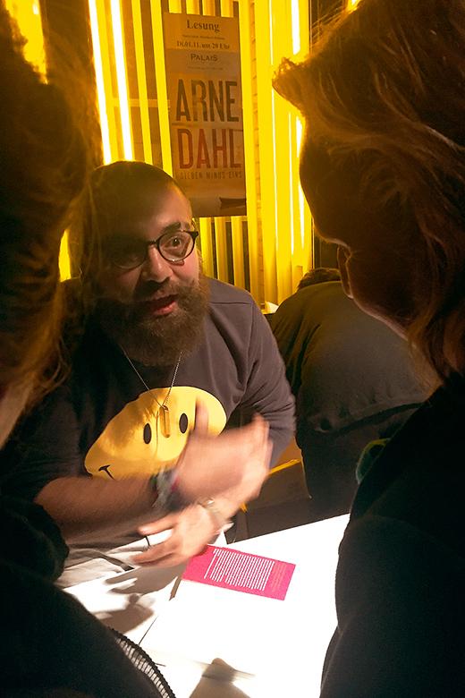 Firas Alshanter im Gespräch nach der Lesung. Foto: Privat