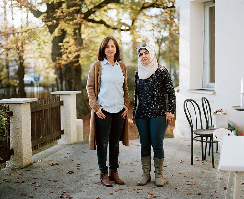 Foto von Quirin Leppert. Carmen hilft Nada bei der Wohnungs- und Jobsuche.