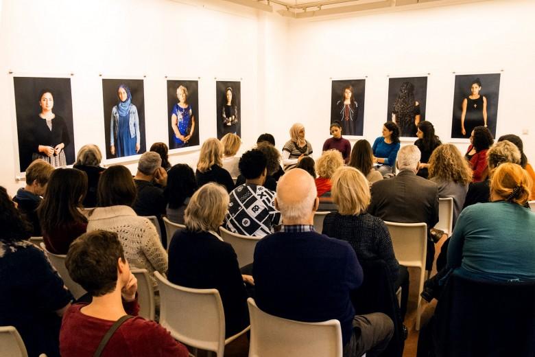 Viele Gäste kamen zur Finissage in die Galerie, um den Frauen zuzuhören. Foto: Hans Glave, Berlin