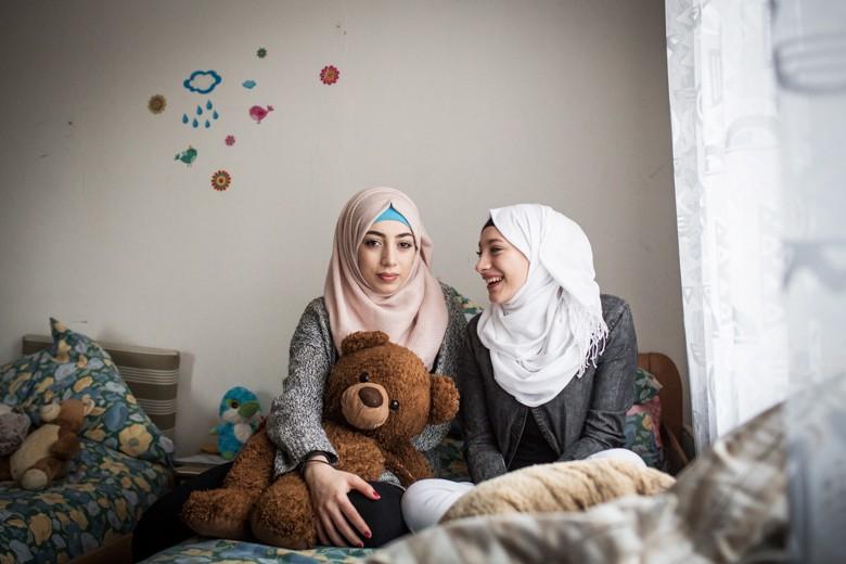 Bild der Schwestern. Sana Abu Rashed erinnert sich an die Flucht mit ihrer Familie nur in Bruchstücken. Jetzt wird sie in Lüneburg zwischen Koran- und Realschule erwachsen. Sie hat Helden wie den Rapper wie Kurdo. 2016