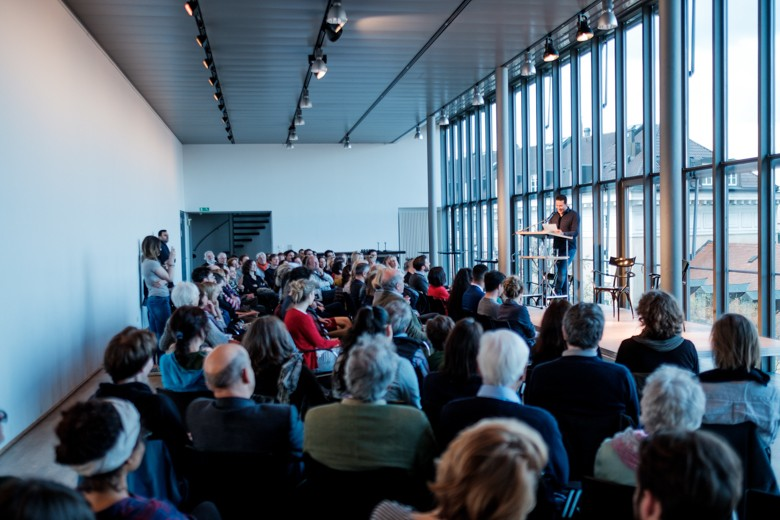 Bild des voll besetzten Saales im 3. Stock des Münchner Literaturhauses während der Veranstanltung. Foto: Hans Herbig
