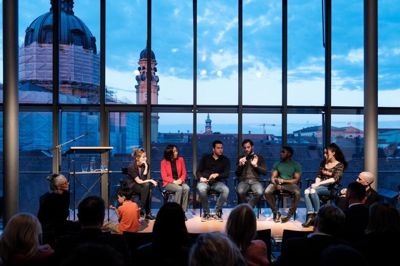 Die Teilnehmer am Ende des Abends mit den Moderatoren am Rand der Bühne. Foto: Hans Herbig