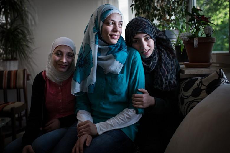 Bild von Ruaa mit ihren Schwestern. Die Familie lebt inzwischen in einer eigenen Wohnung in Lüneburg.