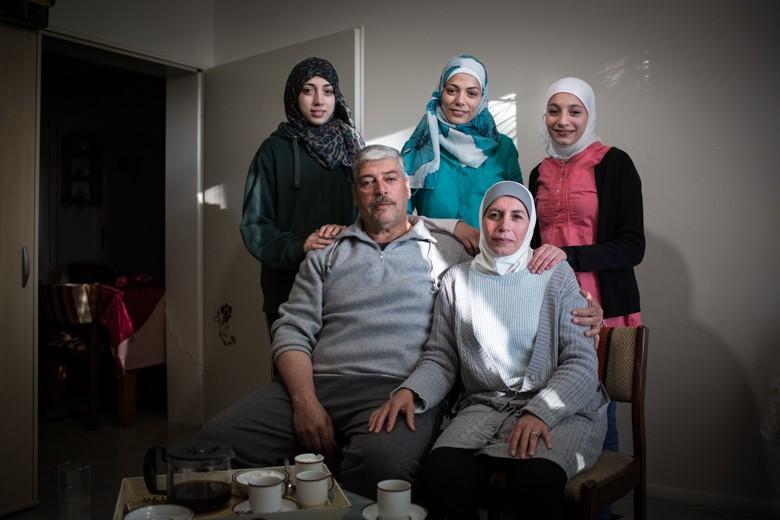 Bild der Familie Abu Rashed, die 2015 in einem Boot über das Mittelmeer aus Syrien nach Deutschland floh. Mittlerweile haben sie eine eigenen Wohnung in Lüneburg, wo ihnen ehrenamliche Helfer der Wilkommensinitiative den Anfang erleichterten.