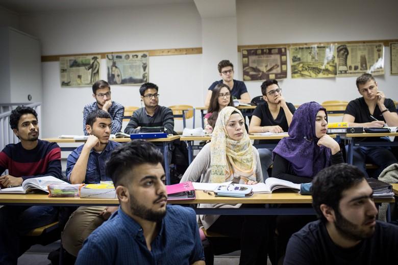 Bild von Ruaa Abu Rashed mit anderen Schülern, die das Studienkolleg in Nordhausen besucht, um sich auf ein Medizinstudium in Deutschland vorzubereiten.