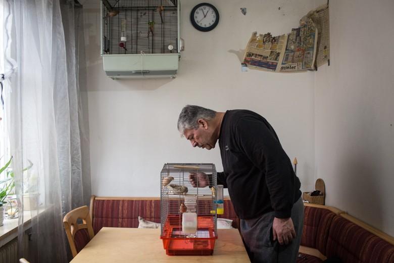 Bild des Vaters Umar Abu Rashed (55), der in Damaskus einen Bauernhof bewirtschaftete, groß wie sieben Fußballfelder. Es macht ihm zu schaffen, dass er vom Jobcenter abhängig ist. Jetzt verbringt er die Zeit, die ihm neben dem Deutschkurs bleibt, in seinem Schrebergarten.