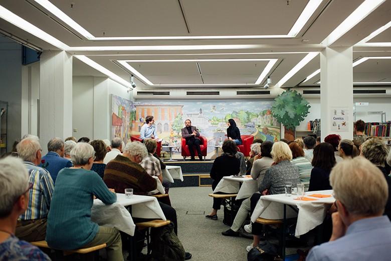 Bild von Fridolin Schley,, Yamen Hussein und Marwa Amara vor Publikum. Foto: Fritz Beck