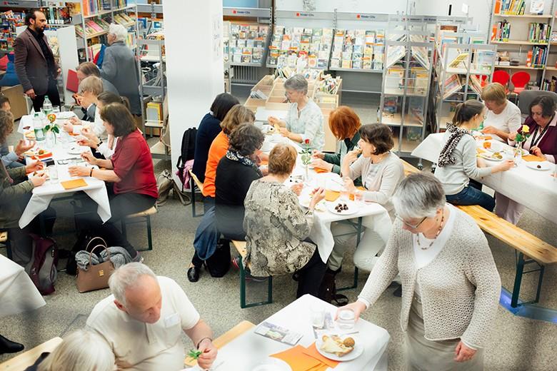 Bild der essenden Zuhörer nach der Lesung. Foto: Fritz Beck