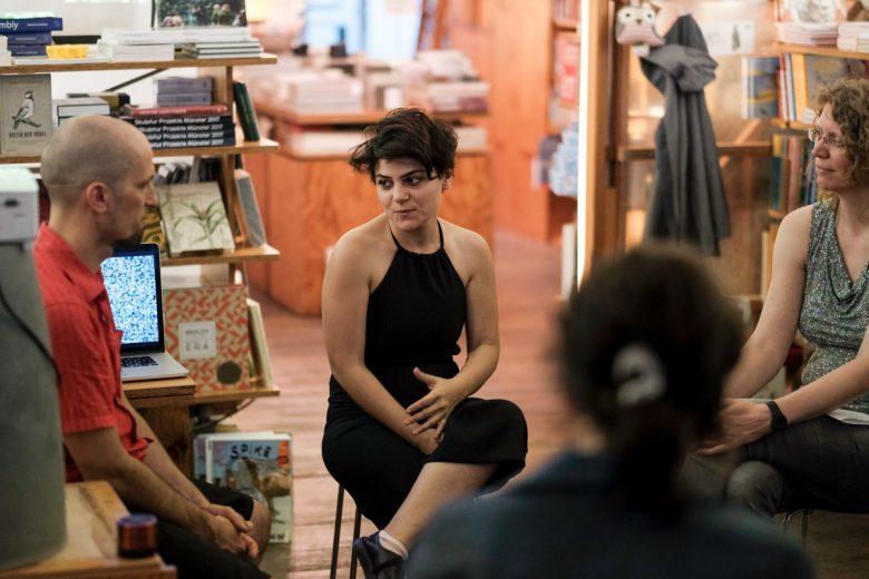 Afraa Batous mit Denijen Pauljević und Silke Kleemann im Gespräch. Foto: Hans Herbig
