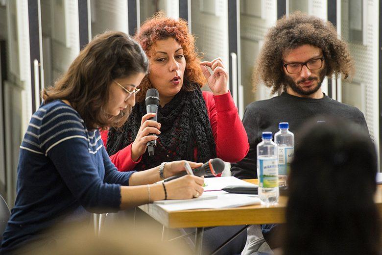 Bild von der Lesung, Lama Al Haddad übersetzt gerade Rasha Habbal, Ramy Al-Asheq, Nora Bossong in der Berliner Amerika Gedenkbibkothek. Foto: Alexander Janetzko