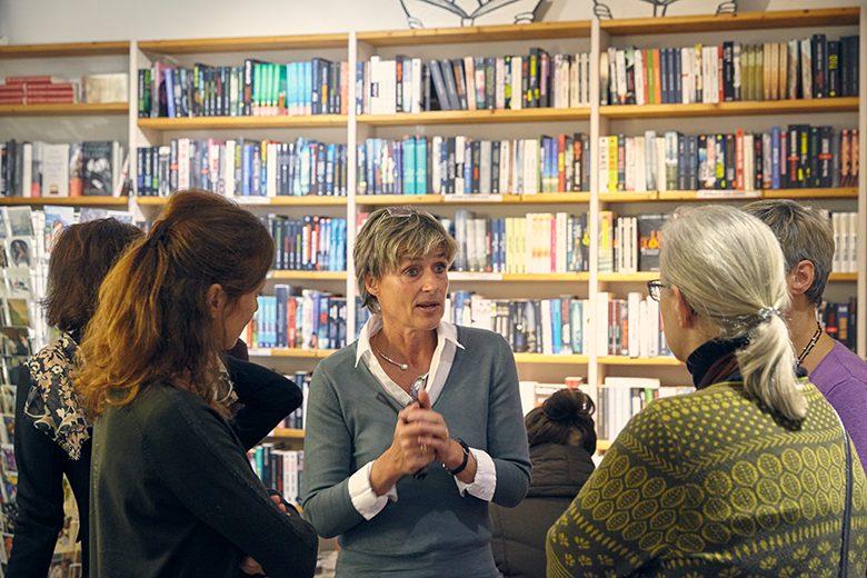 Bild von einem Gespräch nach der Runde. In der Mitte Elisabeth Reisbeck. Foto: Johannes Gerblinger