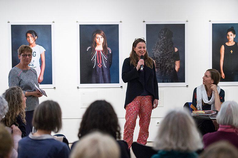Dr. Irene Ziehe, stellvertretende Museumsdirektorin, Annika Reich und Svenja Leiber. Foto: Alexander Janetzko