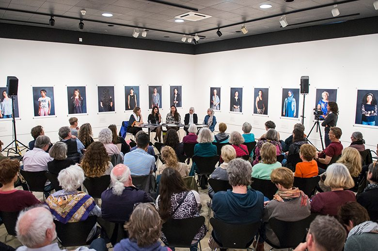 Die Zuschauer saßen umringt von den Porträts der Frauen. Foto: Alexander Janetzko