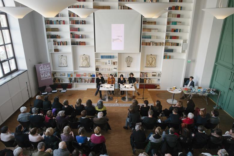 Die ersten auf der Bühne waren (l.) Yamen Hussein, moderiert von Fridolin Schley, und (r.), Ayeda Alavie, vorgestellt von Martin Lickleder.