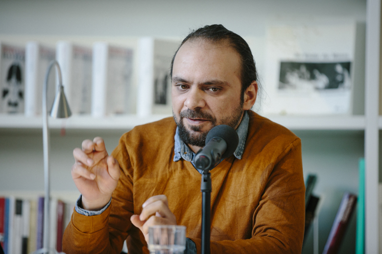 Der Lyriker Yamen Hussein stammt aus Syrien und ist seit 3 Jahren in Deutschland.