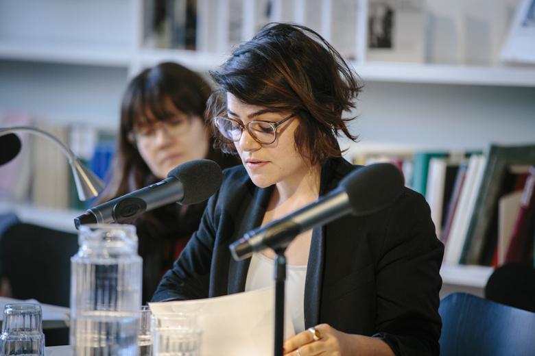 Afraa Batous, Theaterregisseurin und Filmemacherin aus Syrien, ist seit ca. 1,5 Jahren in Deutschland, sie war auf der Bühne im Gespräch mit Silke Kleemann.